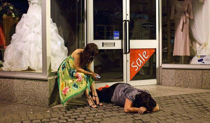 Пьяную бабу на улице точка