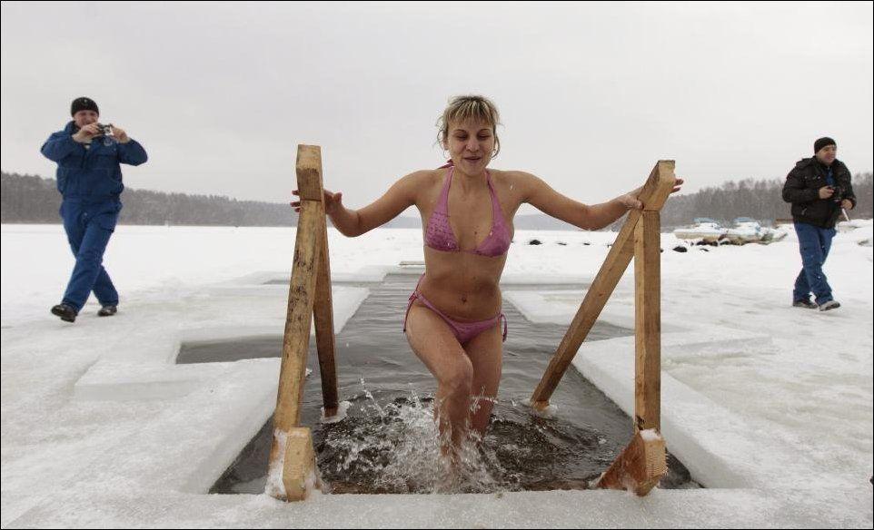 Эротика на крещение купание видео, супер трансухи онлайн