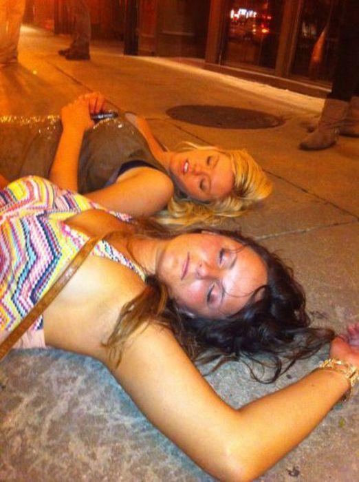 Фото пьяных подруг голых прощения
