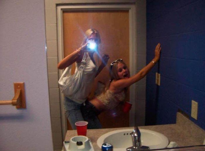 туалете два девушка парня и в
