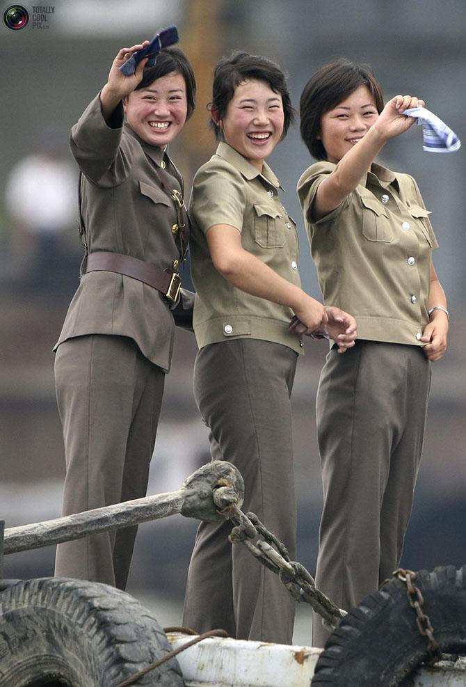 Фотосессия девушек в военной форме и цветах 9 фотография