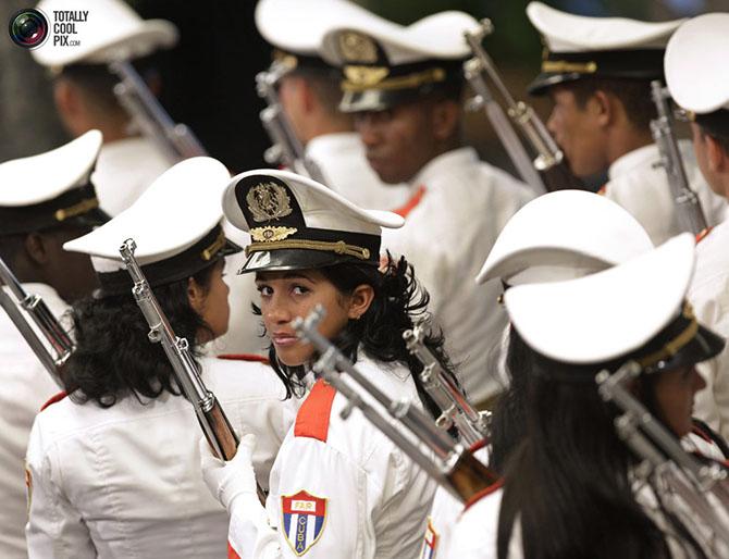 Фотосессия девушек в военной форме и цветах 21 фотография