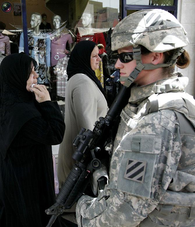 Фотосессия девушек в военной форме и цветах 19 фотография