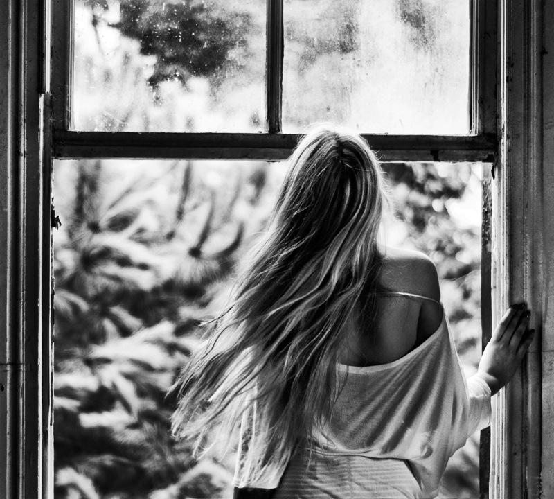 Фото грустных девушек у окна