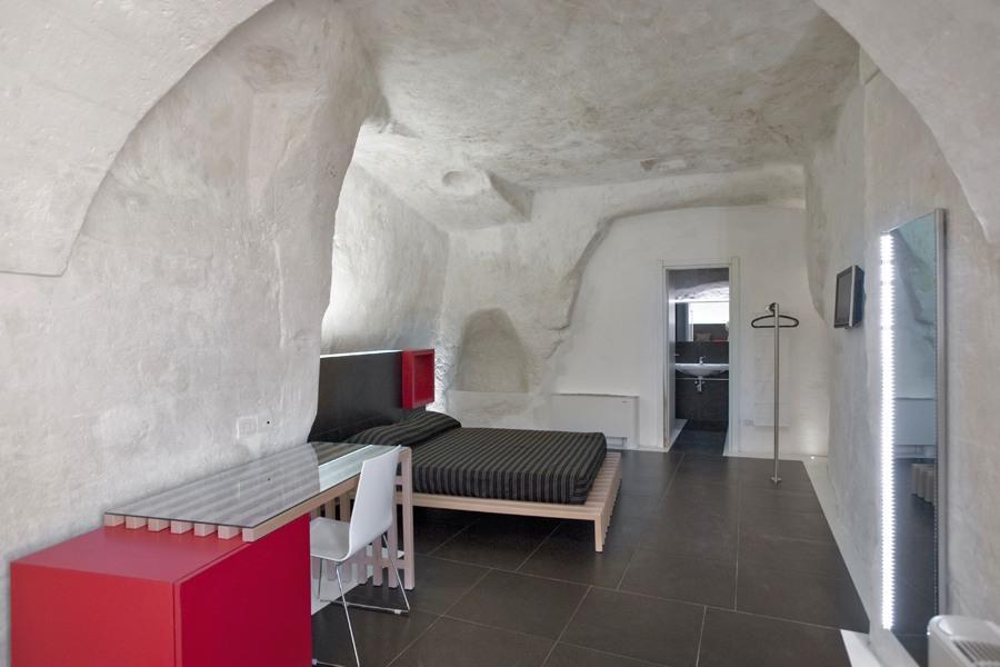 Отель в скале (8 фото)