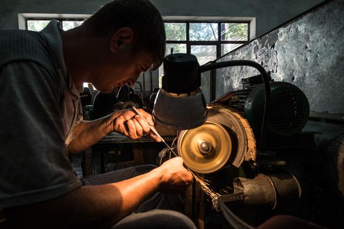 Как делают оружие в дагестанских мастерских