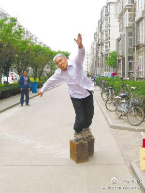 Китаец ходит в обуви весом 405 кг