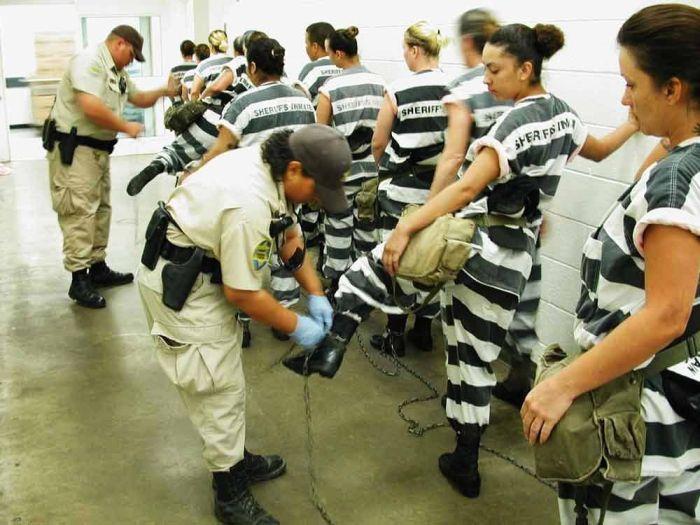 голые люди в тюрьме