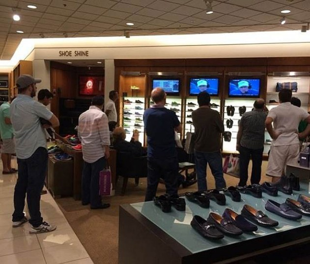 Жалкие мужчины в магазинах