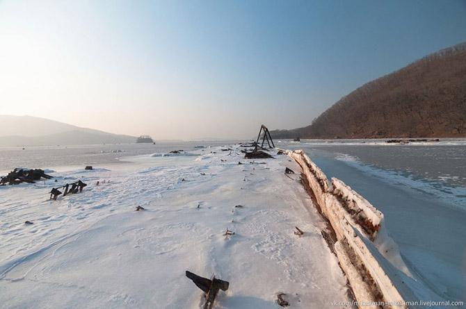 Остатки кладбища кораблей в бухте Труда