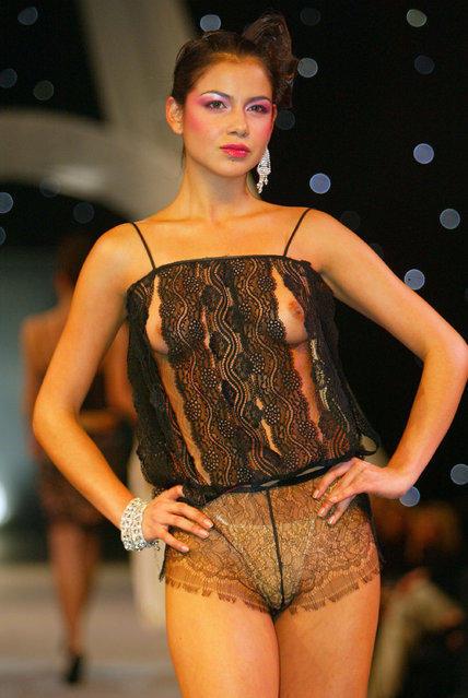 Случайно обнаженная грудь на подиуме