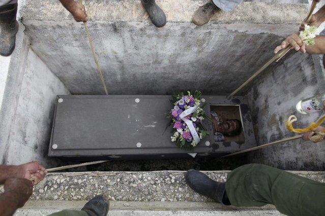 Кубинцы «хоронят» живого человека на липовых похоронах