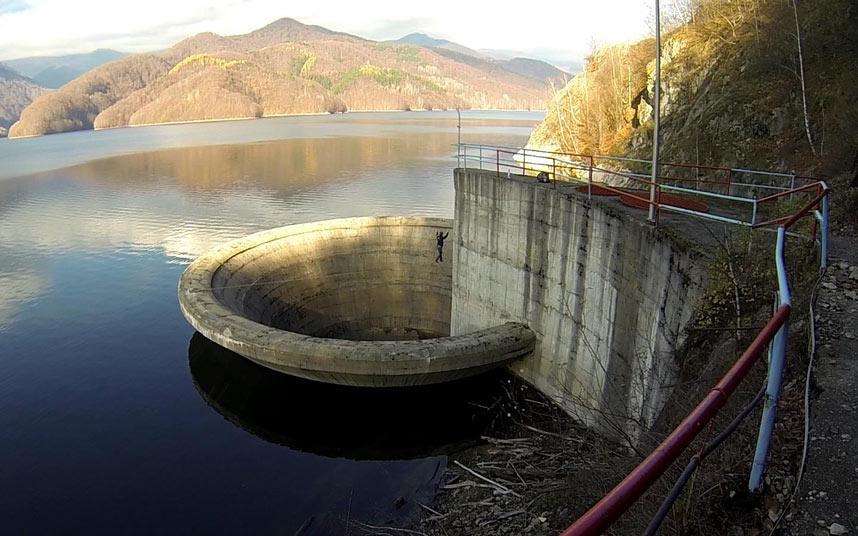 Смельчак слэклайнер пересекает 61-метровый слив водохранилища