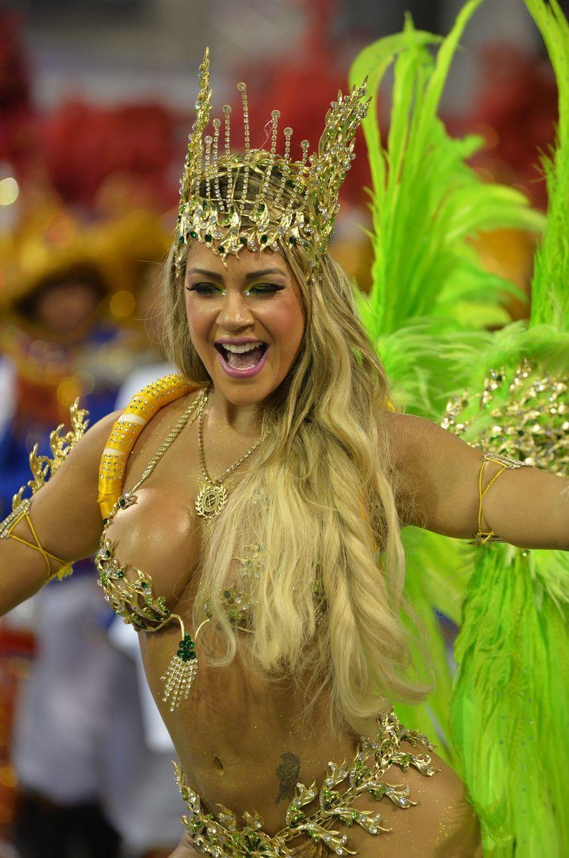Фото красивых девушек на карнавале 11 фотография