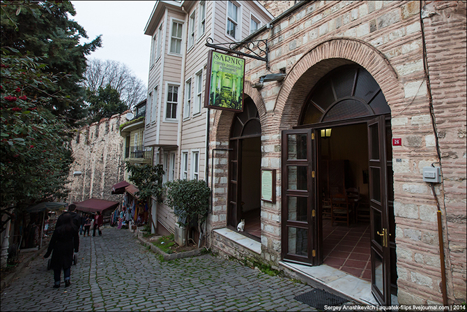 Рестораны, гостиницы, музеи и стадионы, располагающиеся в древних цистернах