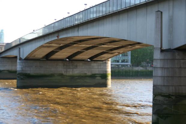 Самоубийца, планировавший спрыгнуть с моста, случайно спас тонувшего под мостом человека