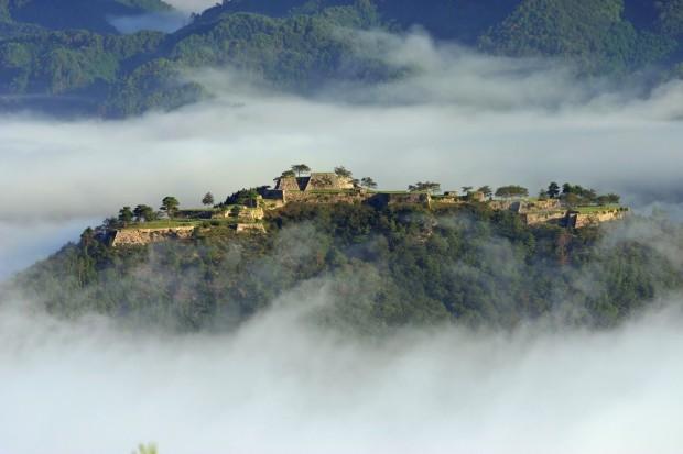 Руины прекрасного японского замка Такеда парят в облаках