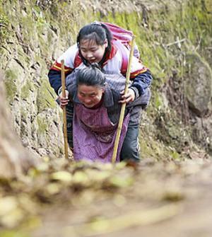Китайская бабушка пять лет подряд носила больную внучку в школу на спине