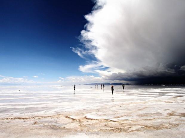 Одно из самых красивых мест на Земле: солончак Уюни во время дождя превращается в гигантское зеркало