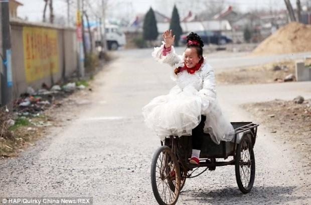 Китаянка 10 лет носит только свадебные платья в знак своего счастья быть замужем