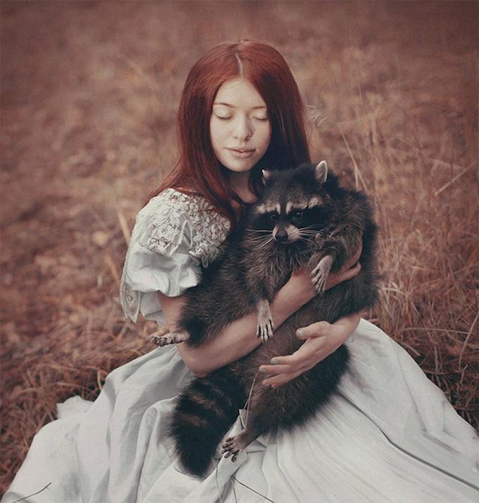 Девушки и животные Катерины Плотниковой