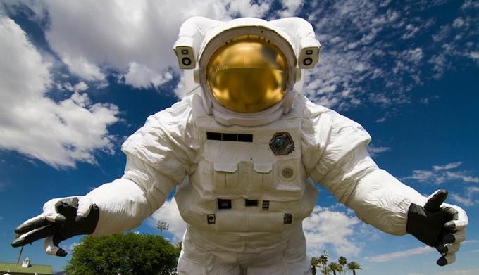 Скульптура астронавта на Coachella