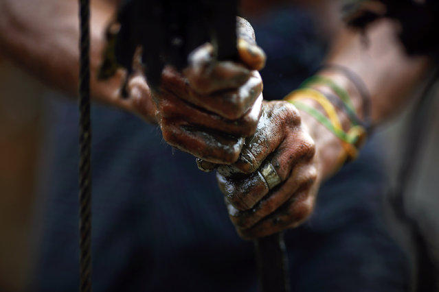 Ручное бурение нефтяных скважин в Мьянме