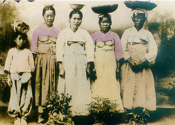 До XIX-го века кореянки носили платья странного покроя — закрывающие всё тело, кроме груди