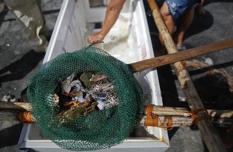 Филиппинские рыбаки используют холодильники как лодки