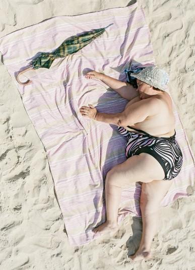 Люди, спящие на пляже