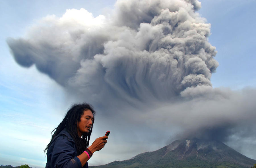 Извержение вулкана Синабунг (19 фото)