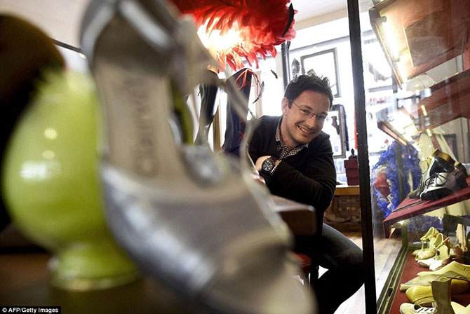 Как делают туфельки для танцовщиц кабаре «Мулен Руж»