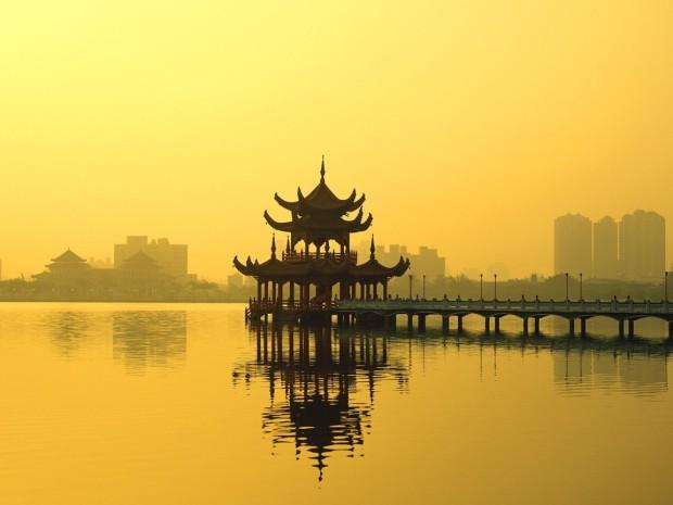 Китай расположен в пяти часовых поясах, но коммунисты перевели всю страну на одно время