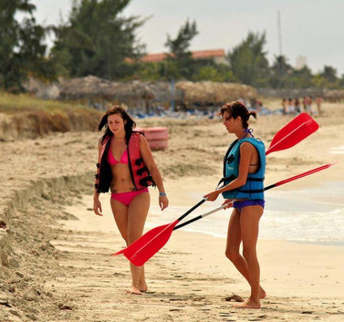 Сексуальные девушки и активный отдых на каяках (44 фото)