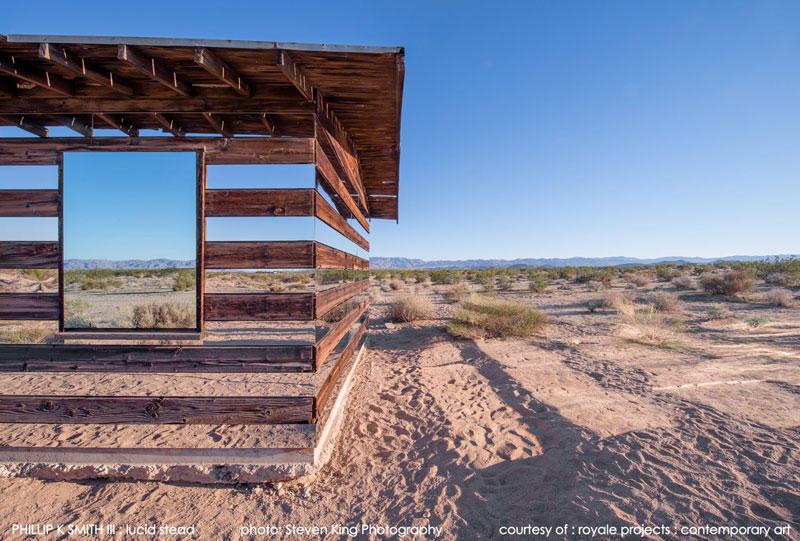 Прозрачный дом из древесины и зеркал в пустыне