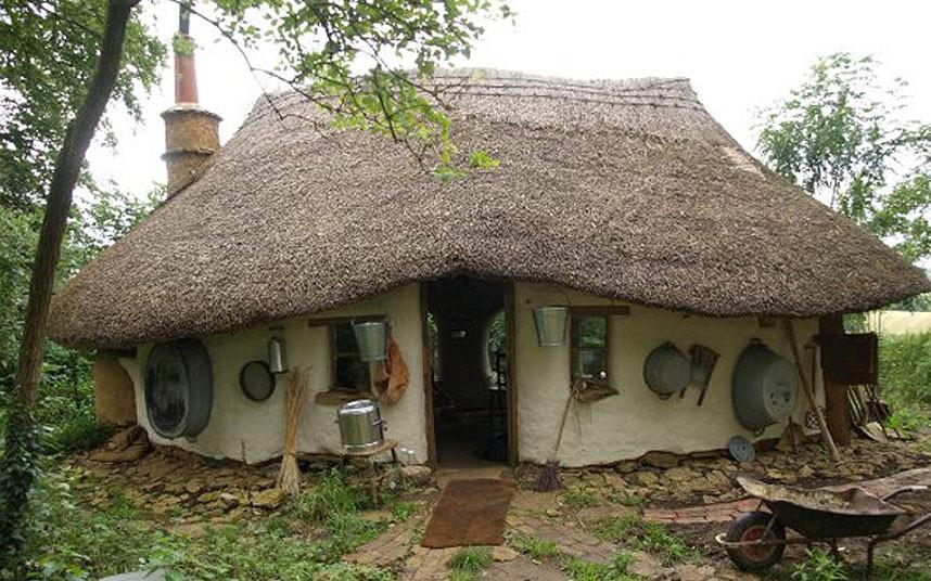 Дом, построенный за 150 фунтов из земли, глины и соломы