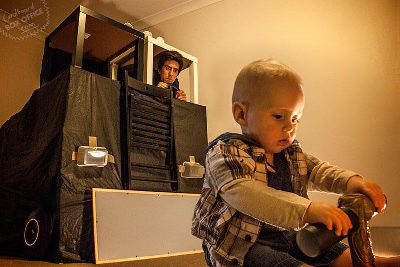 Родители воссоздают сцены фильмов из картонных коробок