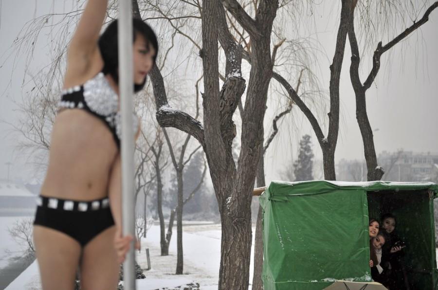 Танцы с шестом на снегу