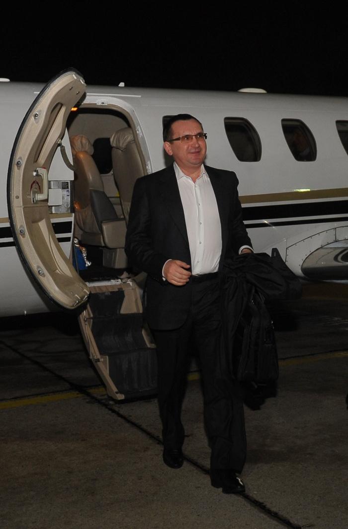 С фотографии главы Минсельхоза убрали в фотошопе самолет (5 фото)
