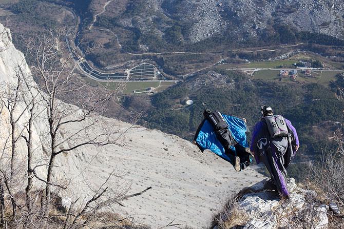 Полет человека в горах Италии