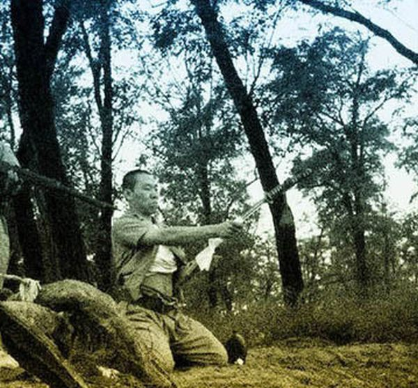 Японский офицер делает сэппуку - харакири (13 фото)
