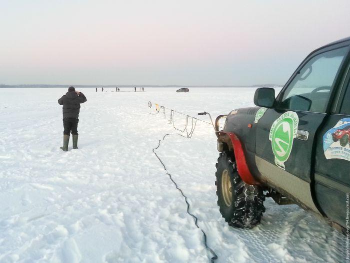 Как вытащить внедорожник, провалившийся под лед (14 фото)