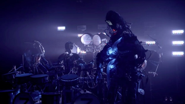 В Японии есть рок-группа роботов: гитарист с 78 пальцами, барабанщик с 21 палочкой и клавишник с лучами из глаз