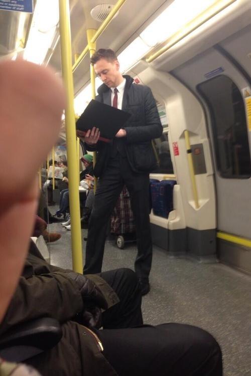 Tom Hiddleston едет на метро на церемонию вручения Оскара