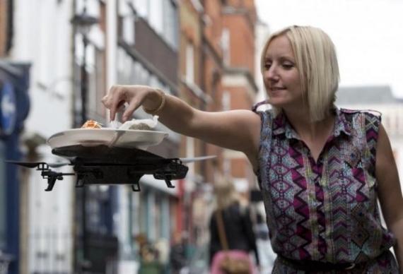 В ресторане еда доставляется посетителям на летающих подносах (4 фото)