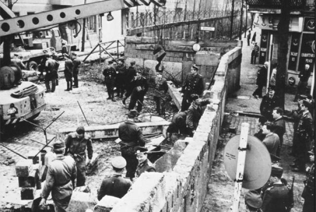 Изобретательные способы, которыми люди перебирались через Берлинскую стену