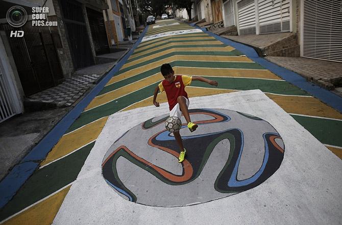 Граффити на тему ЧМ-2014 в Бразилии