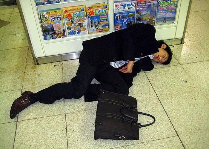 Пьяные японские бизнесмены (20 фото)