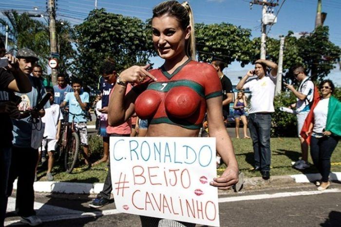 Футбольную болельщицу выгнали с тренировки сборной Португалии (39 фото)