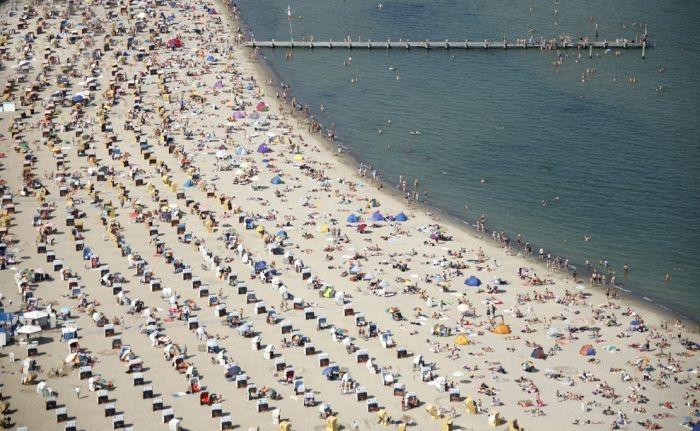 Как выглядят пляжи в пик сезона в Германии и Китае